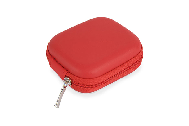 Комплект адаптер и car charger в кутия със цип. Technology set - adapter and car charger.