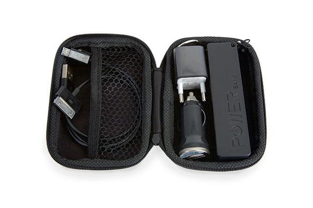 Комплект от външна батерия, USB адаптер и мултифункционален кабел в кутия със цип. Technology set with POWERBANK, adapter, car charger and multi-functional cable