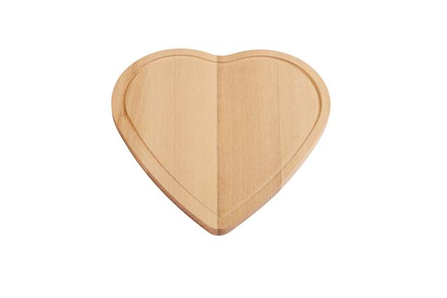 Дървена кухненска дъска с формата на сърце